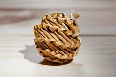 Zabawkarskiego brzęku naturalna wełna dla zwierząt domowych na drewnianym tle Obraz Royalty Free