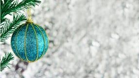 Zabawkarskiej dekoraci błękitna piłka z złocistym wzorem Obrazy Royalty Free