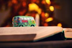 Zabawkarskiej samochód książki bokeh złocisty studio obrazy stock