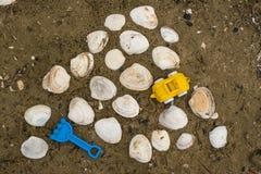 Zabawki dla dzieciaków i seashell w piasku obrazy royalty free
