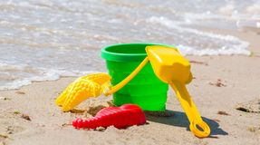 Zabawki dla piaska i wody na plaży Wiadro i pasterns z łopatą na seashore Zdjęcia Stock