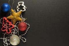 Zabawki i dekoracje na ciemnym tle fotografia stock