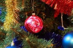 Zabawki na jedlinowym bożego narodzenia drzewie Obrazy Stock