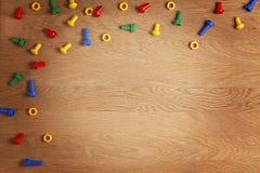 Zabawki tła ramy intern Kolorowe dokrętki rygle na drewnianym stole - i - Odgórny widok Mieszkanie nieatutowy Odbitkowa przestrze Obrazy Royalty Free