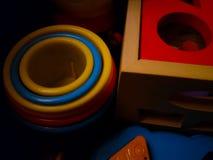 Zabawki wokoło, kolorowe zabawki, kurenda plastikowa, drewniany, boksują obrazy royalty free