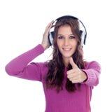 Zabawna dziewczyna słucha muzyka z hełmofonami Fotografia Royalty Free