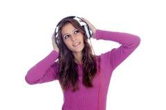 Zabawna dziewczyna słucha muzyka z hełmofonami Obraz Royalty Free