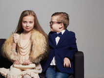 zabawne dzieci piękna para piękno mała dziewczynka w sukni i chłopiec w kostiumu Fotografia Stock