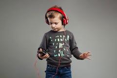 zabawne, kochanie mali chłopiec hełmofony dzieciak słuchająca muzyka Zdjęcie Royalty Free