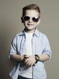 zabawne, kochanie Modna chłopiec w okularach przeciwsłonecznych obrazy royalty free