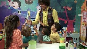 Zabawny i edukacyjny przedstawienie dla dzieciaków zbiory wideo