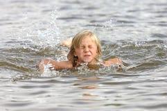 zabawy dziewczyna gra wody Obrazy Royalty Free