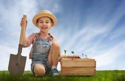 Zabawy mała ogrodniczka Zdjęcie Royalty Free