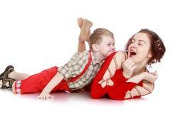 Zabawy mama i mały syn zdjęcia royalty free