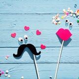 Zabawy romantyczna para od fotografii budka akcesoriów Zdjęcia Royalty Free