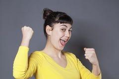 Zabawy 20s brunetka wyraża chłodno sukces Zdjęcie Stock