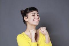 Zabawy 20s brunetka wyraża chłodno zwycięstwo Zdjęcie Royalty Free