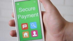 Zabezpiecza Płatniczego pojęcia zastosowanie na smartphone Mężczyzna używa wiszącą ozdobę app zbiory