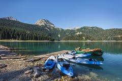 ZABLJAK, MONTENEGRO - 8 DE AGOSTO DE 2017: Lago preto no parque nacional de Durmitor foto de stock