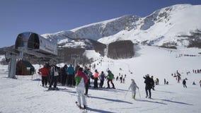 Zabljak Montenegro, Luty, - 17, 2019: stać w kolejce przy narciarskim dźwignięciem śnieżnymi skłonami Savin Kuk ośrodek narciarsk zbiory