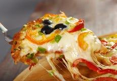 Zabranie plasterek pizza, rozciekły serowy obcieknięcie Obraz Royalty Free