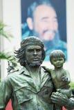 Zabytek bohater Ernesto Che Guevara z dzieckiem w jego ręce zdjęcie royalty free