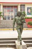 Zabytek bohater Ernesto Che Guevara z dzieckiem w jego ręce obrazy stock
