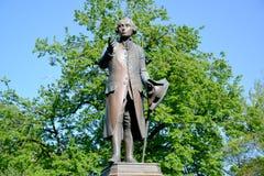 Zabytek filozof Immanuel Kant przeciw tłu ulistnienie Kaliningrad Obraz Royalty Free