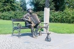 Zabytek Kaszuby z akordeonem przy parkiem w Wejherowo zdjęcie stock