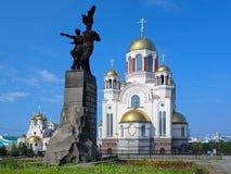 Zabytek komsomoł Ural i kościół w Yekaterinburg Zdjęcie Royalty Free