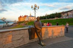 Zabytek lew Oshanin na quay Rybinsk przy zmierzchem Zdjęcie Stock
