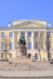 Zabytek Lomonosov na tle Moskwa stanu uniwersytet Fotografia Royalty Free