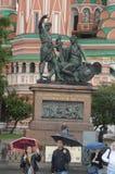 Zabytek mieszkaniec Minin i książe Pozharsky deszczowy dzień Zdjęcie Royalty Free