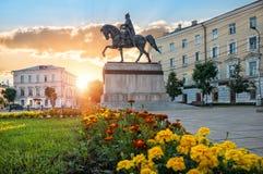 Zabytek Mikhail Tverskoy na horseback na Sovetskaya kwadracie w Tver Zdjęcia Stock