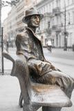 Zabytek na Piotrkowska ulicie w Łódzkim - mężczyzna siedzi na ławce Fotografia Royalty Free
