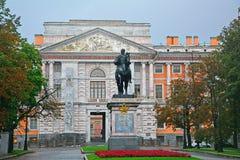 Zabytek Peter Wielki przy Mikhailovsky kasztelem przy Fontanka rzeką w świętym Petersburg, Rosja Obrazy Stock
