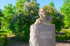 Zabytek Rosyjski pisarz Dmitry Balashov w parku w Veliky Novgorod, Rosja - zbliżenie widok obrazy stock