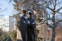 Zabytek saints Peter i Fevronia patrony i symbole - małżeństwo i rodzina miłość i wierność przeciw drzewom fotografia stock