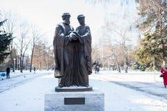 Zabytek saints Peter i Fevronia patrony i symbole - małżeństwo i rodzina miłość i wierność w zima parku obraz royalty free