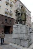 Zabytek Stanislavsky i Nemirovich-Danchenko na Kamergersky pas ruchu w centrum Moskwa obraz stock