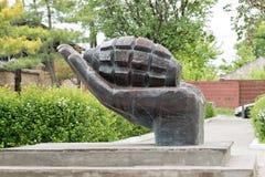Zabytek w postaci granatów kłama na palmie w pamięci Obraz Royalty Free