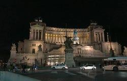 Zabytek zwycięzca Emmanuel III przy nocą, Rzym, Włochy obrazy stock