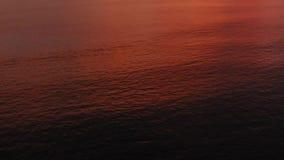 zachód słońca nad morza czarnego Widok z lotu ptaka: Zmierzch nad morzem w tło czerwonych wyspach i niebie Komarnica nad oceanem  zbiory wideo