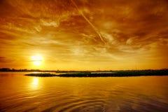 zachód słońca nad jezioro obraz stock