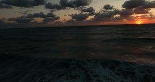 zachód słońca nad morza czarnego Fale staczają się nad jeden inny Lato chłodno wieczór zbiory