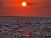 zachód słońca nad wodą Zdjęcia Royalty Free