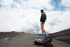Zachęcający mężczyzna na wzgórzu jest przyglądający na Etna wulkanu erupci Etna, Włochy Zdjęcia Royalty Free
