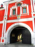 Zachatievsky kvinnors kloster i Moskva ingång Royaltyfri Foto