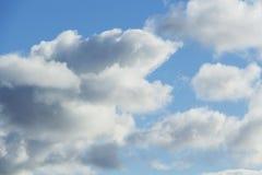 zachmurzone niebo Cumulus chmury w niebieskim niebie Fotografia Stock