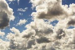 zachmurzone niebo Cumulus chmury w niebieskim niebie Obrazy Stock